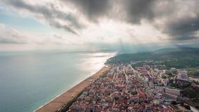 La puesta del sol Barcelona Bay City enciende el lapso de tiempo doble aéreo del panorama 4k España almacen de video