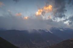 La puesta del sol capsulada nieve de la montaña Imagen de archivo