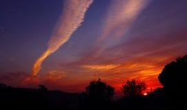 La puesta del sol colorea Himalaya indio imagenes de archivo