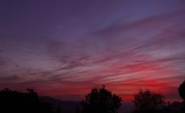La puesta del sol colorea Himalaya indio fotos de archivo