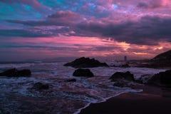 La puesta del sol colorida como las ondas tranquilas rueda adentro fotografía de archivo libre de regalías
