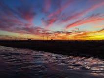 La puesta del sol colorida de Arizona refleja en el agua imagen de archivo