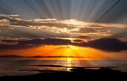 La puesta del sol colorida en el Great Salt Lake Imagenes de archivo