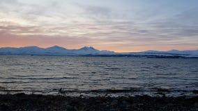 La puesta del sol colorida majestuosa sobre el fiordo y el pico de montaña nevoso ajardinan almacen de metraje de vídeo