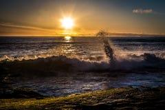 La puesta del sol con estrellarse agita en la playa de Windansea fotografía de archivo libre de regalías