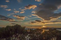 La puesta del sol con la luz hermosa Fotografía de archivo