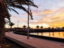 La puesta del sol de Canarias en Lanzarote abandonó el barco foto de archivo