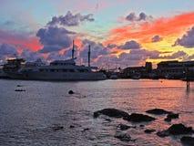 La puesta del sol de la ciudad de Pafos, terraplén, nubes, envía Chipre Fotografía de archivo libre de regalías