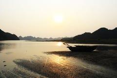 La puesta del sol de la bahía de Halong Fotografía de archivo libre de regalías