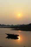 La puesta del sol de la bahía de Halong Imagen de archivo libre de regalías