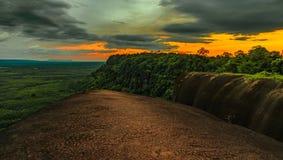 La puesta del sol de la ballena de la roca del árbol de templo de la montaña en bungkan Foto de archivo