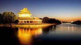 La puesta del sol de la torrecilla de la ciudad Prohibida en Pekín almacen de video