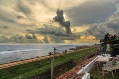 La puesta del sol de la pared de Galle del fuerte y la costa alinean por dentro del fuerte - Sri Lanka imagen de archivo libre de regalías