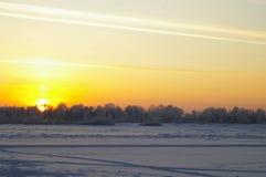 La puesta del sol del invierno imagen de archivo