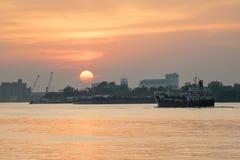 La puesta del sol del lado del río Foto de archivo libre de regalías