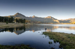 La puesta del sol del lago mountain de la yoga refleja Foto de archivo libre de regalías