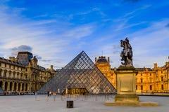 La puesta del sol del museo del Louvre imagenes de archivo