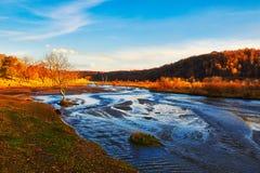 La puesta del sol del río y del bosque del otoño Foto de archivo libre de regalías