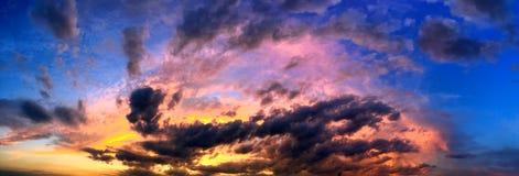 La puesta del sol dramática le gusta el fuego en el cielo con collage de oro de las nubes Fotografía de archivo