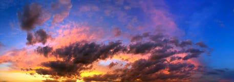 La puesta del sol dramática le gusta el fuego en el cielo con collage de oro de las nubes Fotografía de archivo libre de regalías