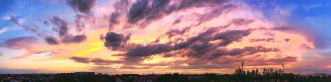 La puesta del sol dramática le gusta el fuego en el cielo con collage de oro de las nubes Foto de archivo libre de regalías