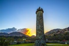 La puesta del sol en el Glenfinnan Momunent en el lago Shiel dedicó a la sublevación del ` s Jacobite de Bonnie Prince Charlie foto de archivo libre de regalías