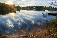 La puesta del sol en el lago Fotos de archivo