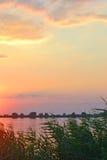 La puesta del sol en el lago Imagenes de archivo