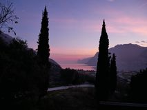 La puesta del sol en el lago foto de archivo