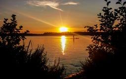 La puesta del sol en el lago Starnberger considera Foto de archivo libre de regalías