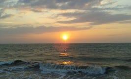 La puesta del sol en el negombo de Sri Lanka broncea la playa foto de archivo