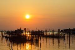 La puesta del sol en el pueblo pesquero  Imagen de archivo