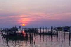 La puesta del sol en el pueblo pesquero  Imagen de archivo libre de regalías