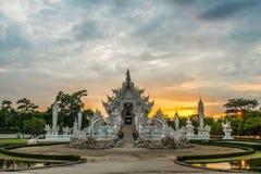 La puesta del sol en el templo blanco sabe como nombre Wat Rong Khun en la provincia de Chiang Rai de Tailandia Imágenes de archivo libres de regalías