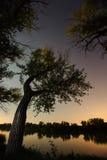 La puesta del sol en el verano en el lago, las estrellas es visible Fotografía de archivo libre de regalías