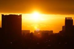 La puesta del sol en la ciudad Imagen de archivo libre de regalías