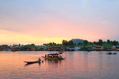 La puesta del sol en la ciudad de Srinagar (la India) Imagen de archivo libre de regalías
