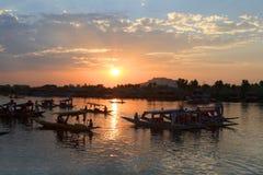 La puesta del sol en la ciudad de Srinagar (la India) Foto de archivo