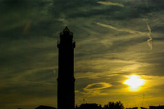 La puesta del sol en la laguna aquí es el faro en la isla de Murano - Venecia Fotos de archivo