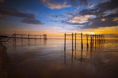 La puesta del sol en la playa Foto de archivo