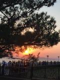 La puesta del sol en la orilla por la tarde del verano Fotografía de archivo libre de regalías