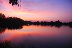 La puesta del sol en Tailandia. Foto de archivo libre de regalías