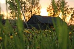 La puesta del sol en un pueblo Fotos de archivo libres de regalías