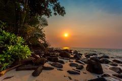 Puesta del sol en una playa tropical Imágenes de archivo libres de regalías