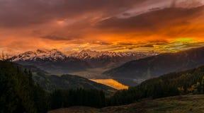 La puesta del sol en Zell considera - Austria con la visión a las montañas y al lago del zeller Fotografía de archivo
