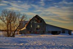 La puesta del sol enciende para arriba el interior del granero Foto de archivo