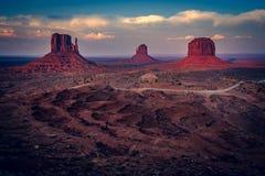 La puesta del sol enciende para arriba las motas, valle del monumento, Arizona foto de archivo libre de regalías