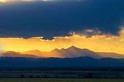 La puesta del sol encima desea pico Fotos de archivo