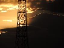 La puesta del sol es magnífica detrás de la torre de comunicación Foto de archivo