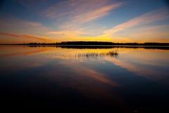 La puesta del sol es modelo reflejado de la nube Foto de archivo libre de regalías